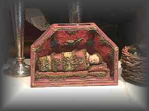 ANTIQUE - creche' of red silk and gold passementerie